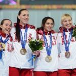 Конькобежки (слева направо) Ольга Граф, Екатерина Лобышева, Екатерина Шихова и Юлия Скокова - бронзовые призеры в командной гонке преследования