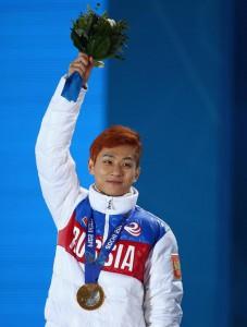 Россиянин Виктор Ан занял первое место в финальном забеге соревнований по шорт-треку на дистанции 500 метров
