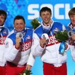 Лыжники (слева направо): Александр Бессмертных, Дмитрий Япаров, Александр Легков и Максим Вылегжанин - серебряные призеры в эстафетной гонке
